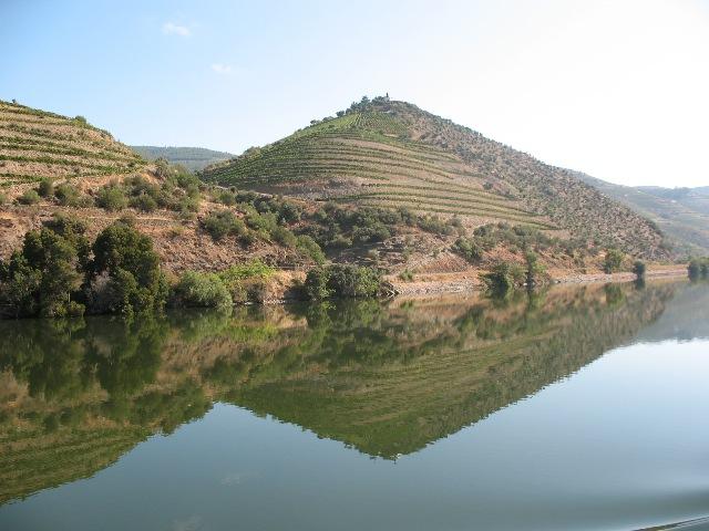 Склоны, отражающиеся в водах Дору