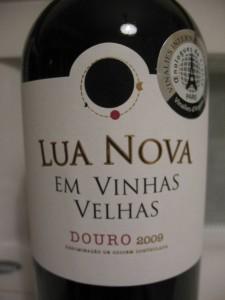 Этикетка португальского вина с обозначением Vinhas Velhas
