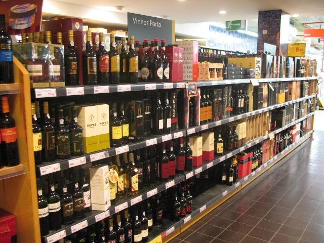 Выбор портвейнов в португальском супермаркете