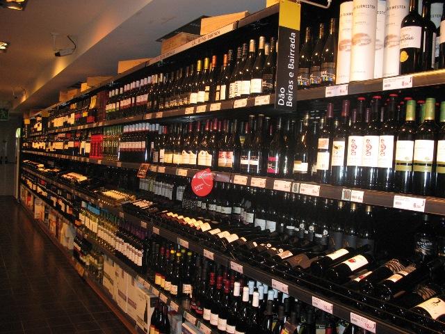 Выбор вина в португальском супермаркете