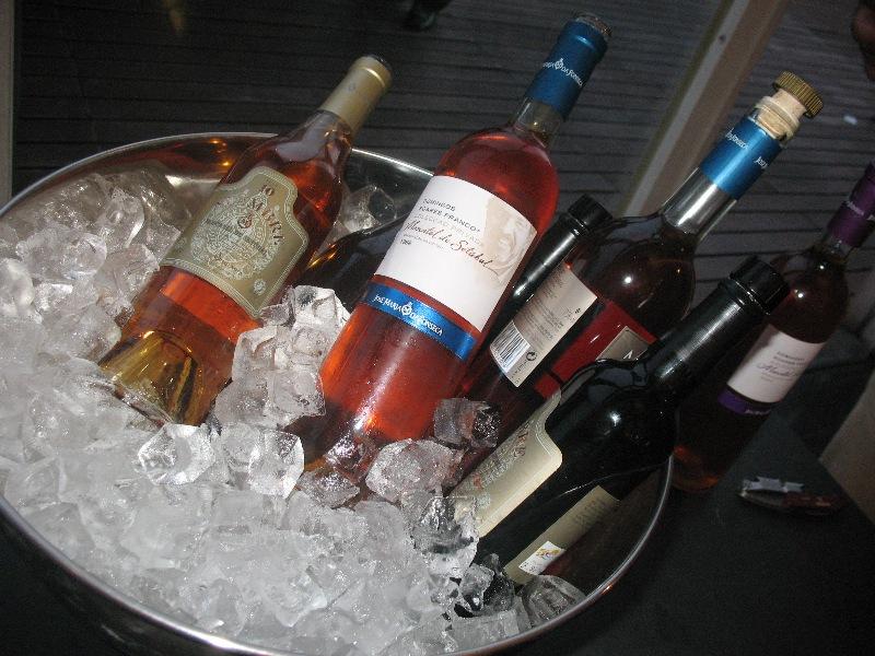 http://winestep.com/wp-content/uploads/2012/10/Moscateis-de-Set%C3%BAbal-degustatsia.jpg