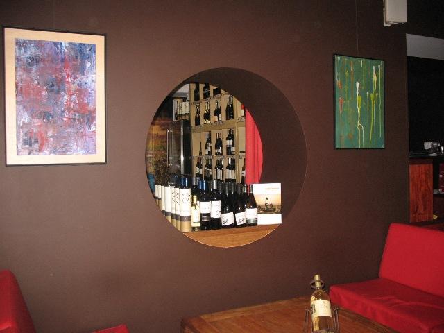 BG Bar - А за этим круглым окошком в стене как раз и находится винный бутик
