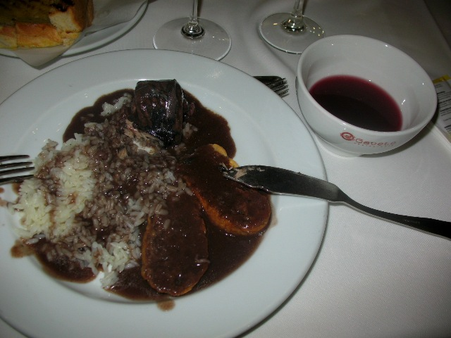 Минога с красным зеленым вином