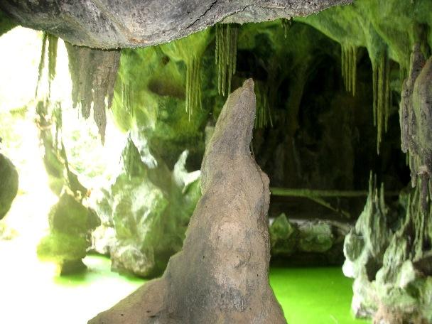 Сталактиты и сталагмиты в гроте парка в Паласиу да Брежоейра