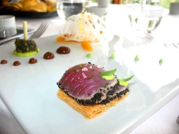 Tataki de atum em mil folhas, compota de cebola roxa e chutney de manga com salada de rabano, coentros e bergamota