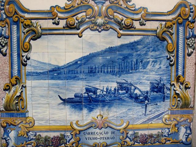 Картина из азулежу, изображающая лодки везущие бочки с портвейном