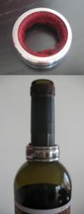Кольцо, которое одевается на горлышко бутылки, предохраняет от стекания капель вина