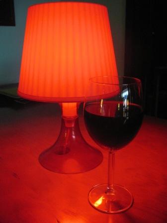 Бокал вина с лампой