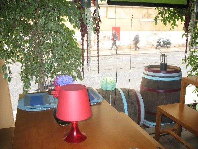 Интерьер винного бара Вино без принципа в Лиссабоне