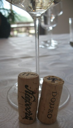 бокал белого вина Дома Нипорт с пробками