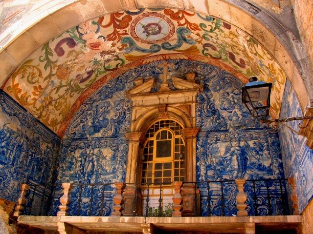Балкончик, отделанный португальскими азулежу