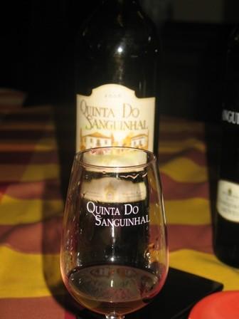Дегустация вин во время посещения винодельческого хозяйства в Португалии
