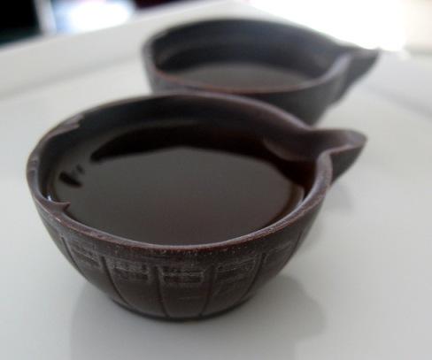 А желающие могут попробовать жинжинью в шоколадных чашечках