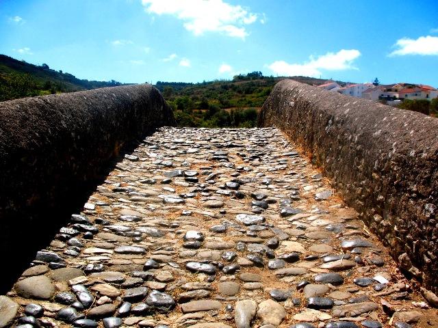 Старинный каменный римский мост в Шелейруш