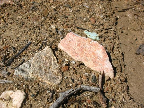 Глиняные почвы с вкраплениями розового кварца