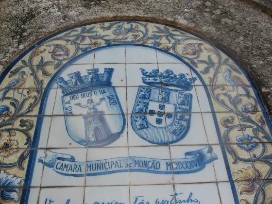 Деу-ла-Деу Мартинш присутсвует и на гербе Монсау