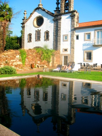 Отражение церкви в бассейне