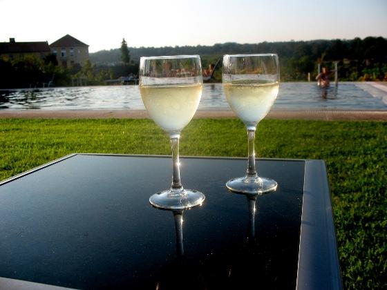 Зеленое вино около бассейна